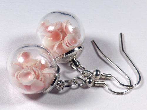 Ohrhänger-Paar mit Muschelschalen in der Glaskugel