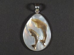 Perlmutt-Anhänger mit Delphin-Gravur oval m/Silber 3,6cm *Unikat*